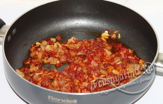 Обжарить овощи с томатом