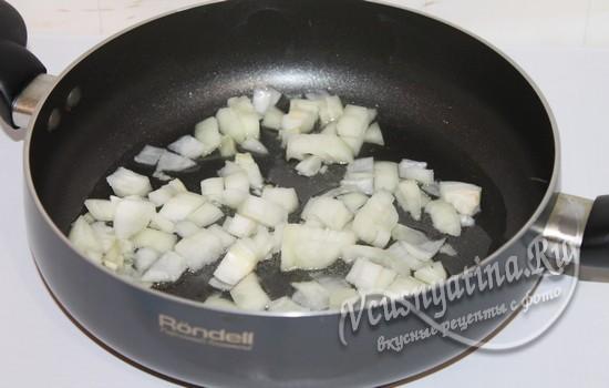 Лук в сковороде