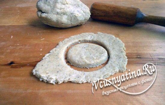 Вырезать печенье из теста