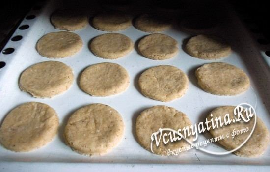 Разложить печенье на противне
