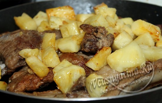 Жарить мясо с ананасом