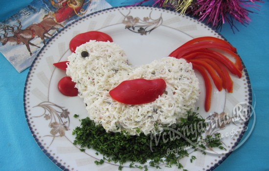 Новогодний салат в виде петушка