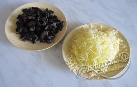 Подготовить маслины и сыр