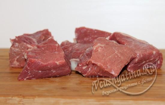 Нарежьте мясо кусками
