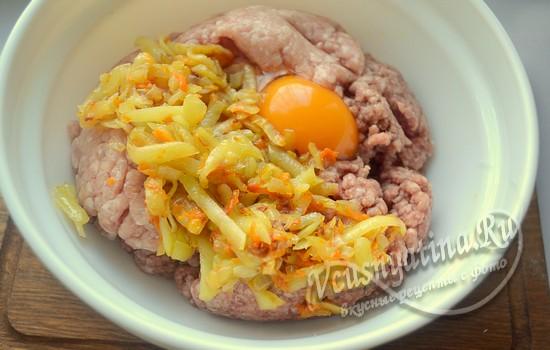 добавляем овощи и яйцо в фарш