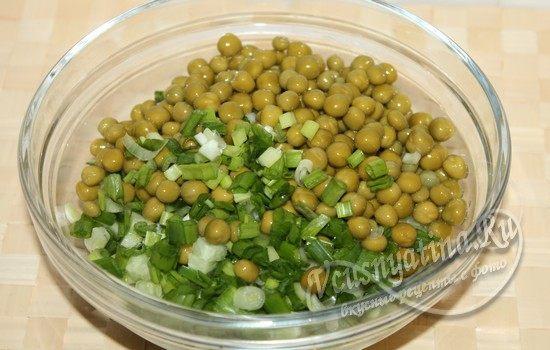 добавляем зеленый горошек и лук