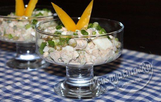 Салат с тунцом, огурцом и яйцом готов