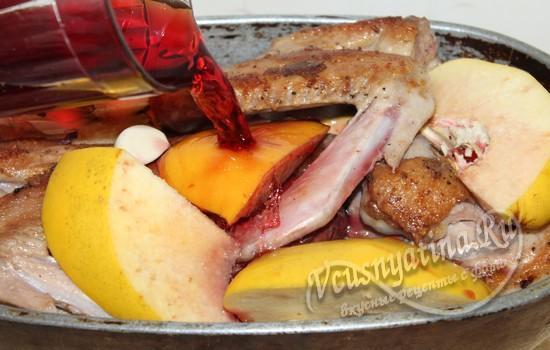 Утка с айвой в медово-клюквенном соусе в духовке