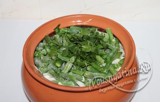 добавляем фасоль и зелень