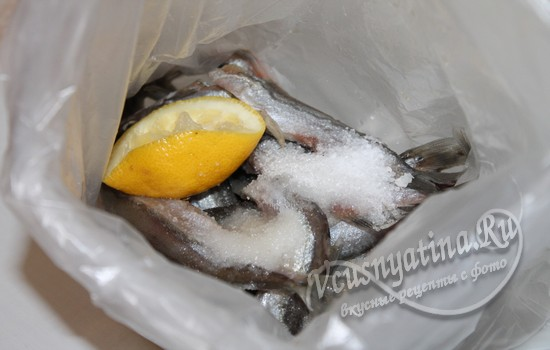 добавляем соль, сахар и лимонный сок