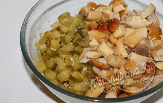 добавляем грибы и огурцы