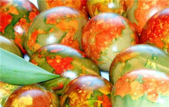 яйца в луковой шелухе с зеленкой