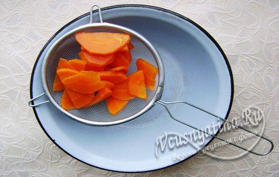 пропускаем морковь через сито