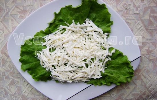 распределяем сыр на листьях салата