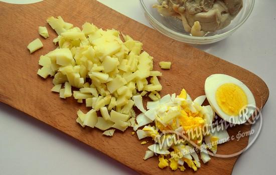 режем картофель и яйцо