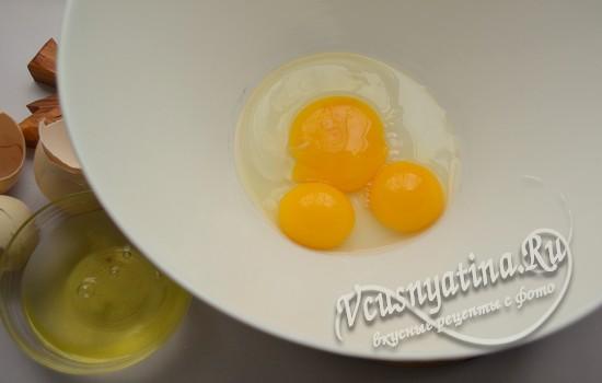 смешиваем яйцо с желтками