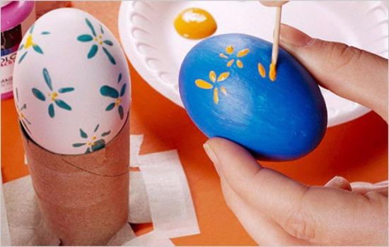 разукрашиваем яйца акварелью
