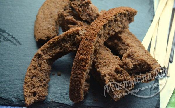 берем шоколадный бисквит