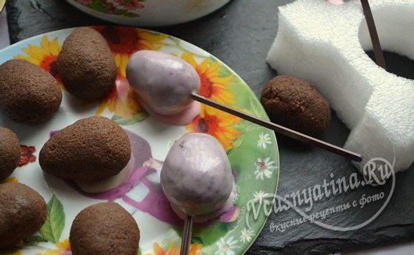 окунаем в шоколадную смесь подготовленные яйца