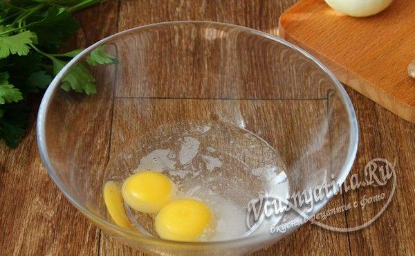 в желтки добавить соль и воду