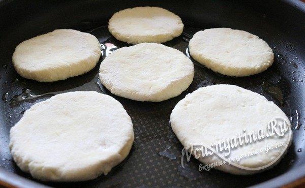 выложить сырники на сковороду