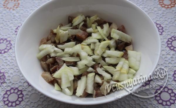 добавить мелко резанный лук
