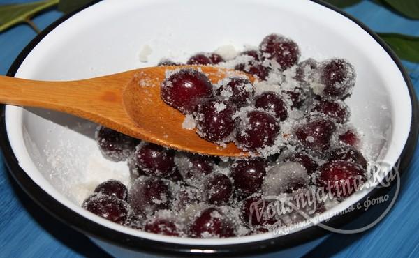 перемешать черешню с сахаром