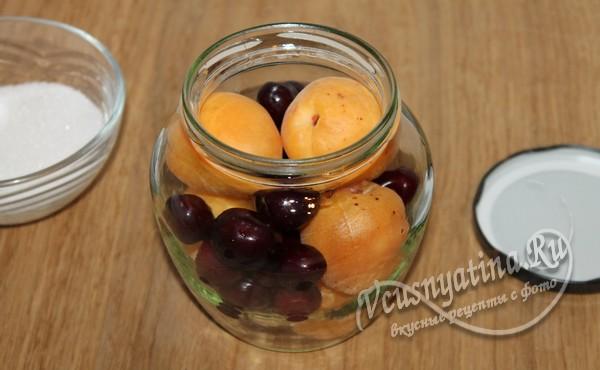 разложить черешню и абрикосы по банкам