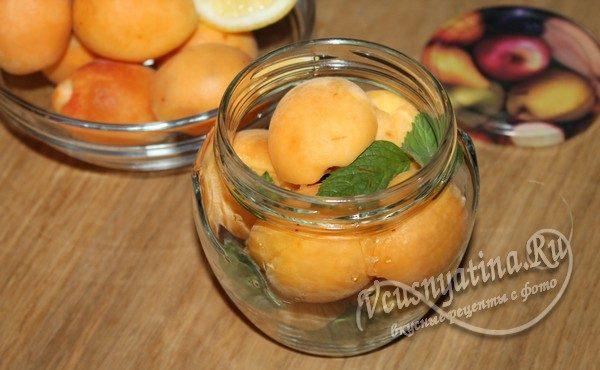 банка с абрикосами и мятой