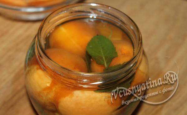 вновь залить абрикосы сиропом