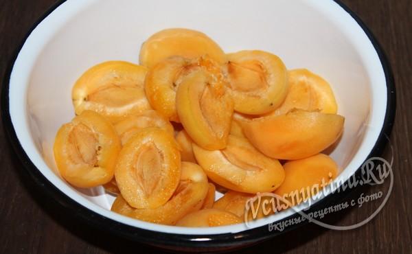 разделить абрикосы на половинки