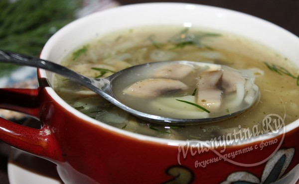 готовый грибной суп с вермишелью и картофелем