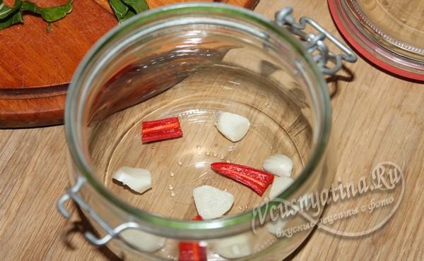 добавить чеснок и острый перец