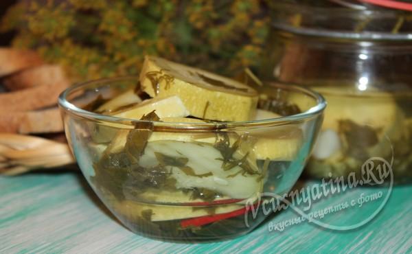 готовые хрустящие маринованные кабачки с травами и острым перцем