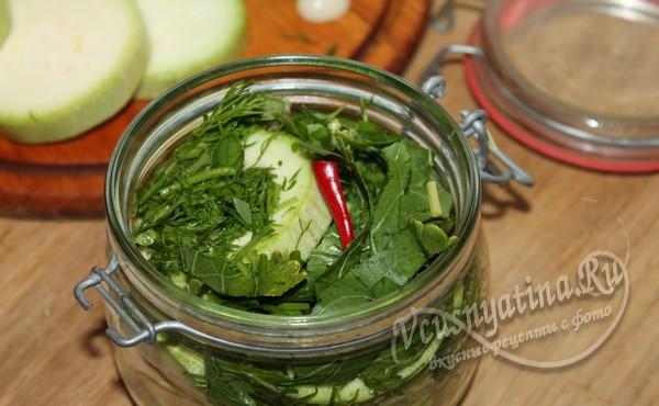 нарезанные кабачки с зеленью и острым перцем