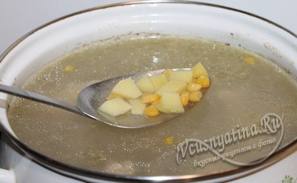 добавить в бульон картофель и кукурузу