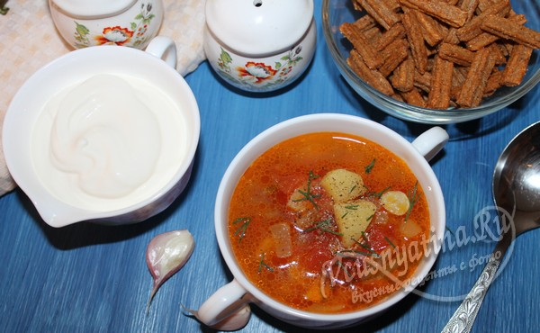 готовый томатный суп с куриным окорочком можно подавать со сметаной и сухариками