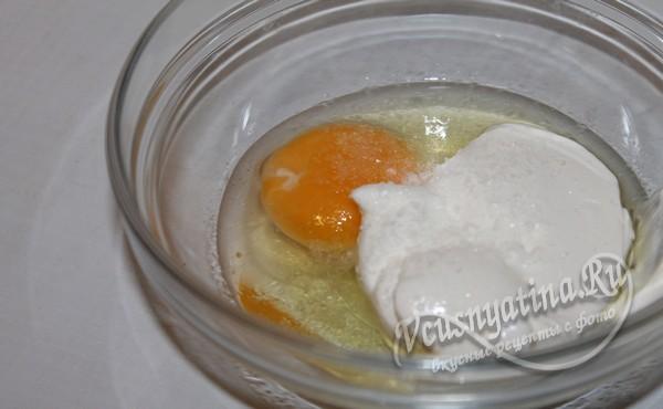добавить яйцо и сметану