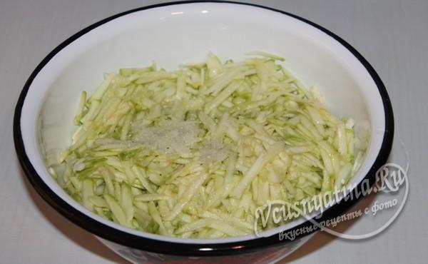 натереть кабачки и посыпать солью