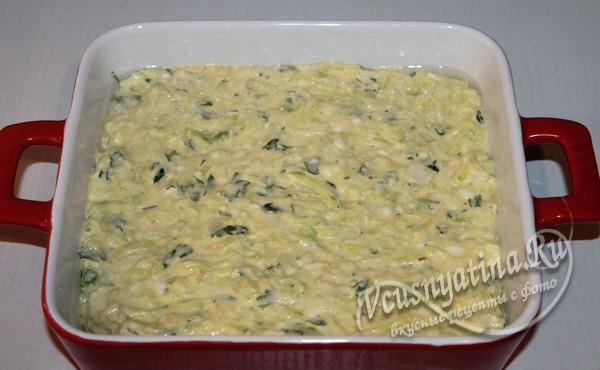 выложить в форму для запекания кабачково-сырное тесто