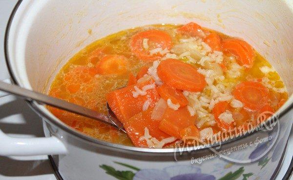 морковь с рисом в кастрюле