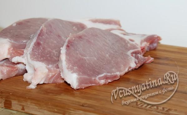 нарезать свинину