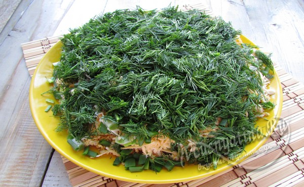 обсыпать салат зеленью