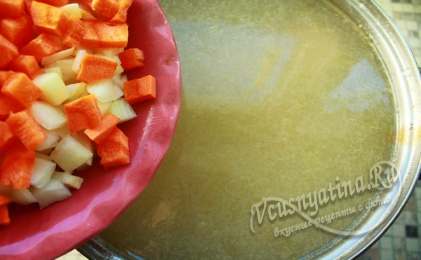 выложить в бульон морковь