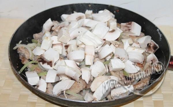 добавить к мясу грибы
