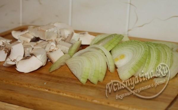 нарезать лук и грибы