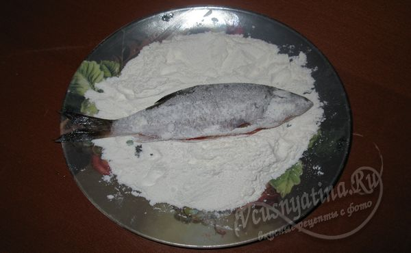 обвалять рыбу в муке