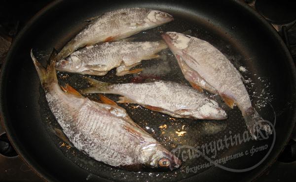 выложить рыбу на сковороду