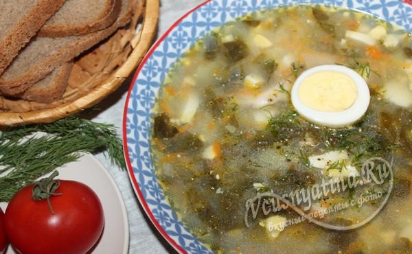 готовый щавелевый суп с яйцом