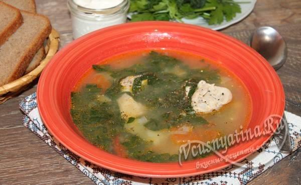 готовый суп со шпинатом и яйцом на курином бульоне
